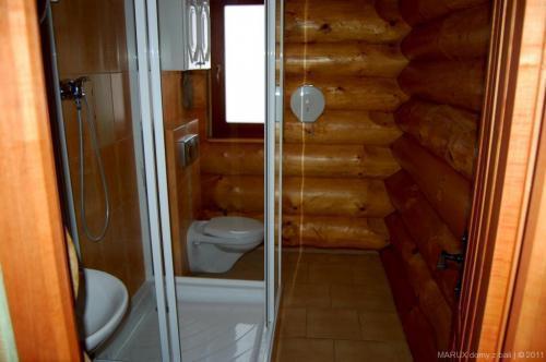 łazienka domu z bali