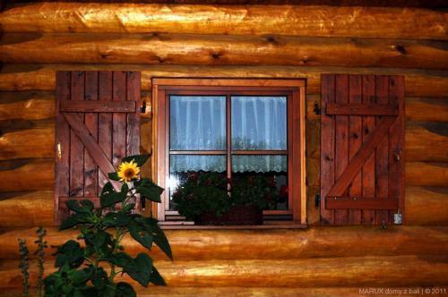 okno domu z bali